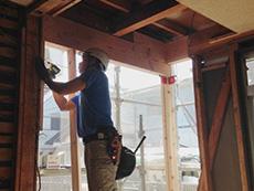 ライオンホームでリノベーション。1階リビングを大工が施工しているところです。