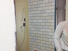 長岡京市の中古マンションリノベーション。洗面室の一部がタイルになりました。白、ベージュ、淡いブルー系のタイルをランダムに並べています。