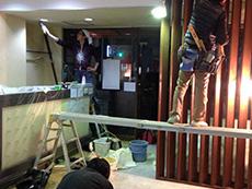 ライオンホームの店舗改装リフォーム。外は真っ暗な夜ですが、店舗内を工事しています。定休日の2日間で工事を終えないとお客様にも迷惑がかかります。間に合うように職人の腕の見せどころです。