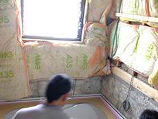 長岡京市のお風呂浴室リフォーム。浴室の外壁面に、断熱材を入れています。真冬のお風呂はとても寒かったことでしょう。