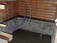 大山崎町の浴室・洗面室リフォーム。ユニットバスを支える基礎のコンクリートを打ち終わりました。この中にシステムバスを組み立てます。
