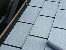 長岡京市の屋根外壁塗装リフォーム。屋根の重ね塗り3回目です。手塗りローラーでしっかり塗っています。白い下塗り材を塗っているので、屋根が真っ白です。