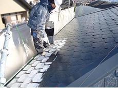 長岡京市の屋根外壁塗装リフォーム。屋根塗装2回目です。2回目からは色の塗料を塗ります。これはアステックペイント社 無機ハイブリッドコートJYIRのスチールグレー。
