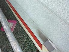 長岡京市の外壁屋根塗装リフォーム。基礎の水切りの鉄部分も錆止めをします。