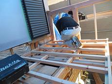 長岡京市の外壁塗装とバルコニー増築リフォーム。バルコニーの奥行きを90cmから180cmに増築します。床の骨組みが少し出来ています。