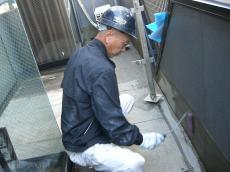 大山崎町で外壁塗装リフォーム。バルコニーの防水の改修も同時に行っています。プライマーという下塗り材をしっかり塗ります。