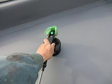 大山崎町の屋上防水リフォーム。ディスクヒーターという工具を使って、ディスクと塩ビシートを熱融着させます。