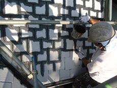 向日市の屋根塗装リフォーム。屋根にスチールグレーの塗料を塗っています。この塗料の最大の特徴は...塗るだけで遮熱効果がある!20年以上経過しても光沢保持率80%!10年のメーカー保証付き!フッ素塗料の約1.5倍、シリコン塗料の約2.4倍、ウレタン塗料の約4倍の耐候性がありますから驚きです。新品に葺き替えるよりも長持ちするということですね。