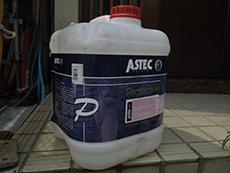 長岡京市の屋根塗装リフォーム。下塗りに使用したオーストラリア製アステック社のマルチシーラーの塗料の入れ物です。