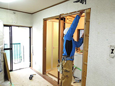 大山崎町の水廻りリフォーム。洗面室の扉や廊下の引き違い戸も最新の物に取替えです。クロスを張り替える時には取替えのチャンスですね。