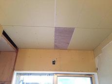 大山崎町のリビングリノベーション。天井の石膏ボードですが、真ん中の一部分だけ木材になっています。それはここにある物を取り付ける為です。