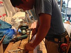 ライオンホームでリノベーション。施工中の大工です。木材を削っています。