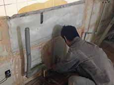 長岡京市のキッチンリフォーム。めくれかかっていた天井のクロスも全部はがしました。タイルの壁も解体です。
