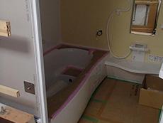 大山崎町の浴室・洗面室リフォーム。システムバスの組立が1日がかりで終わりました。メーカー認定の施工会社が組立てを行います。