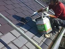 長岡京市の屋根外壁塗装リフォーム。屋根の塗装が完成しました。紫がかった茶色の塗料です。