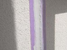 西京区の外壁塗装リフォーム。新しいコーキングを充填して乾くのを待っています。