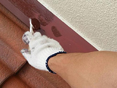 長岡京市の外壁塗装リフォーム。錆止めを塗った後の鉄板に、上塗り材で仕上げています。