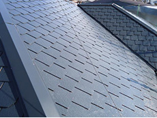 長岡京市の屋根外壁塗装リフォーム。屋根塗装の2回目が塗り終わりました。後1回塗り重ねますが、屋根の光沢がすごいです。