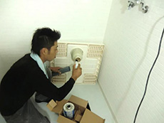 向日市の浴室リフォーム。水道やさんが洗濯パンを取付けをしています。洗濯パンや洗面化粧台は水道やさんが取付をします。