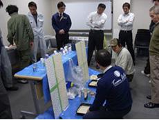 長岡京市の屋根外壁塗装リフォーム。アステック社で技術研修を受けている職人の様子です。研修を受けて認められた職人が工事を行います。