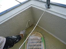向日市の外壁塗装リフォーム。屋根の軒裏天井部分を塗っています。こちらは軒裏専用の塗料を使っています。