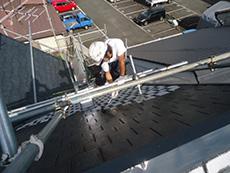 向日市の屋根塗装リフォーム。壁を塗っているように見える程の急勾配の屋根を塗装中です。職人さん達が苦労して塗ってくれました。