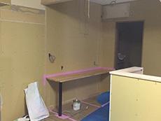 大山崎町のリビングリノベーション。キッチン横の壁です。カウンターを造作して付けました。