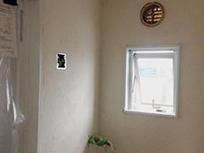 長岡京市の中古マンションリノベーション。洗面室の壁は漆喰に。漆喰は湿度を調節したり嫌なニオイも吸ってくれます。