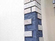 長岡京市の外壁塗装リフォーム。外壁に貼られていたタイルです。何ヶ所か下地とタイルが割れていたのでそこだけ外し、新しい下地を作ってタイルを貼ります。