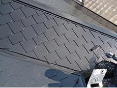 長岡京市の屋根外壁塗装リフォーム。屋根の3回目を塗っているところです。劣化に強く汚れにくい、塗るだけで屋根の表面温度や室内温度を下げてくれる遮熱塗料です。