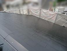長岡京市の屋根外壁塗装リフォーム。屋根の重ね塗り3回目が終わったところです。ツヤがとても美しいです。アステックペイント社 スーパーシャネツサーモF