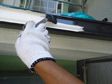 向日市の外壁塗装リフォーム。雨樋も塗り替えます。シリコン樹脂の塗料を使用していますが、外壁に合わせて耐久性の長い塗料を選ぶのがポイント。