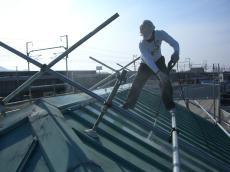 大山崎町で外壁屋根塗装リフォーム。屋根も塗装前に高圧洗浄でキレイに洗います。