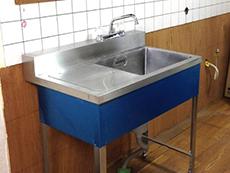 大山崎町の水廻りリフォーム。ライオンホームオリジナルの仮設流しです。リフォーム工事の解体で、キッチンを取り外した後の水道管へこれを接続して使用出来ます。