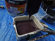 長岡京市の屋根塗装リフォーム。上塗り塗料のアーマフレックスです。希釈をしない特殊塗料なので、ドロドロしています。