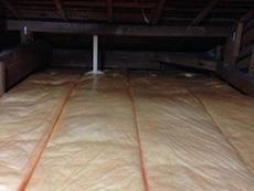 ライオンホームでリノベーション。屋根裏に断熱材を敷き詰めてある写真です。解体してみると断熱材が入っていなかったので、しっかり入れ終わったところです。