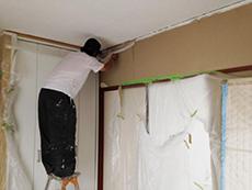 長岡京市の中古マンションリノベーション。天井にガイナという断熱塗料を塗っています。塗るだけで部屋の温度も違う上に、匂いも取ってくれます。
