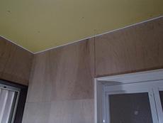 大山崎町の浴室・洗面室リフォーム。浴室前の洗面室です。壁や天井もクロスを貼る為にベニヤ板が貼られています。