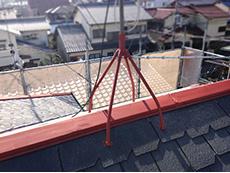 長岡京市の屋根外壁塗装リフォーム。屋根の棟は板金でカバーされているので錆止め塗装をします。