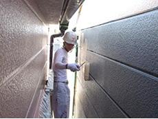 長岡京市の外壁屋根塗装リフォーム。外壁2回目からは色の塗料を塗ります。