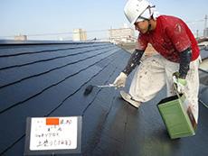 長岡京市の屋根外壁塗装リフォーム。屋根の重ね塗り3回目です。ツヤツヤの屋根がとても美しいです。