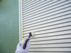 向日市の外壁塗装リフォーム。雨戸のパネルはスチールで出来ているので、錆止めを塗った後にシリコン樹脂の塗料を塗っています。