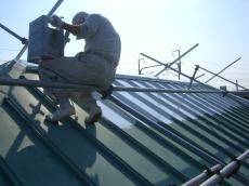 大山崎町で外壁屋根塗装リフォーム。屋根を塗装しているところです。ライオンホームは塗料の3回塗りを基本としています。