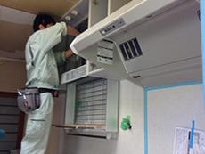 西京区のキッチン増築リフォーム。キッチンの組み立てに取り掛かっています。まず、シンク上の戸棚から付けていきます。