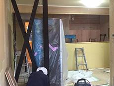 大山崎町のリビングリノベーション。部屋の筋交いに、塗料を塗っています。インテリアに合うように焦げ茶色です。