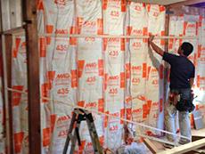 ライオンホームでリノベーション。壁に断熱材を入れています。屋根裏、壁、床にも入っていなかった断熱材をしっかり入れました。