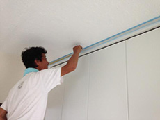 長岡京市の中古マンションリノベーション。天井にガイナという塗料を塗っています。焼肉をした次の日にニオイがしないなど性能が優れています。屋根や外壁に塗る塗料のガイナですが、室内用塗料もあります。