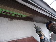 長岡京市の屋根外壁塗装リフォーム。軒裏を専用の塗料で塗っているところです。