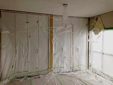 長岡京市の中古マンションリノベーション。クローゼットや床に塗料が付かないように、ビニールでしっかり養生しました。