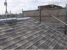 大山崎町の外壁屋根塗装リフォーム。屋根の写真です。棟など鉄板でカバーされている部分は錆止め加工をしました。